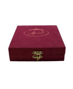 زعفران نگین کادویی تسنیم طرح اصیل در بستهبندی خاتم قرارگرفته در جعبه چوبی و روکش مخمل، یادگاری زیبا برای شما است که بالاترین کیفیت را به همراه دارد.