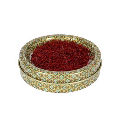 زعفران نگین کادویی تسنیم در بستهبندی یاقوت و قرارگرفته در جعبه چوبی و روکش مخمل، یادگاری زیبا و بهصرفه برای شما است که بالاترین کیفیت را به همراه دارد.