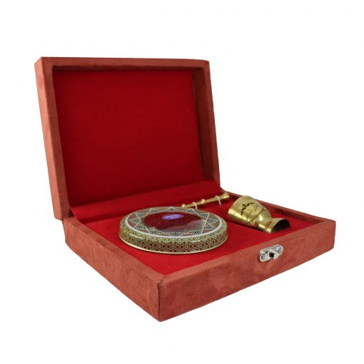 زعفران نگین کادویی تسنیم طرح مروارید در بستهبندی خاتم و قرارگرفته در جعبه چوبی و روکش مخمل، یادگاری زیبا برای شما است که بالاترین کیفیت را به همراه دارد.