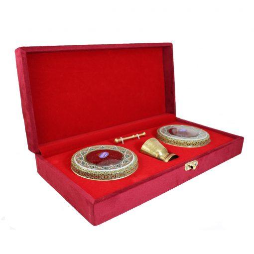زعرفران نگین کادویی تسنیم طرح ویژه در بستهبندی خاتم و قرارگرفته در جعبه چوبی و روکش مخمل، یادگاری زیبا برای شما است که بالاترین کیفیت را به همراه دارد.