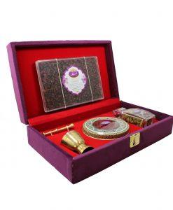 زعفران نگین کادویی تسنیم (طرح رویال) در بستهبندی خاتم قرارگرفته در جعبه چوبی و روکش مخمل، یادگاری زیبا و بهصرفه برای شما و عزیزانتان است.
