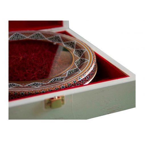 زعفران نگین کادویی تسنیم (سری صدف) در بستهبندی خاتم و قرارگرفته در جعبه چوبی درجه یک و با مقاوم، یادگاری زیبا و بهصرفه برای شما و عزیزانتان است.